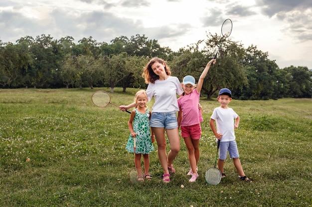 Матери с детьми отдыхают на природе