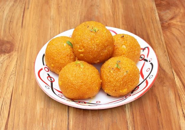 プレート上のインドの甘いmotichur ke laddu