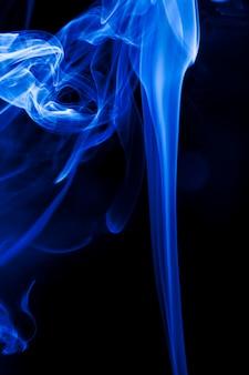 검은 배경에 모션 블루 연기입니다.