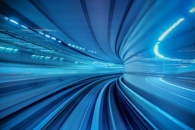 Размытие движения автоматического поезда, движущегося внутри туннеля в токио, япония.