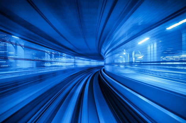 東京のトンネル内を移動する自動列車のモーションブラー。