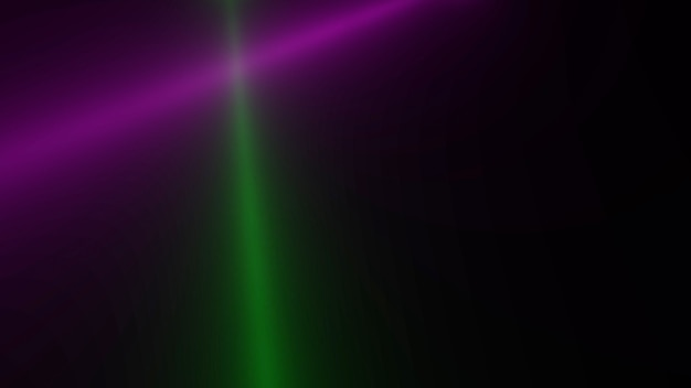 Движение красочных светящихся лучей прожектора на темном фоне в сцене