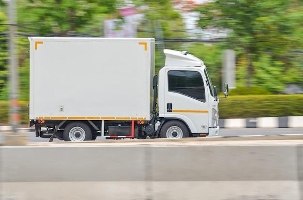 도로 주행 운송을 위한 작은 흰색 트럭의 모션 이미지