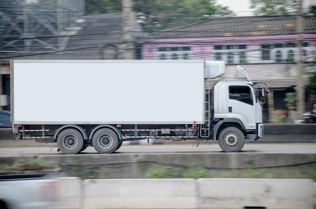 도, 물류 개념에 작은 흰색 트럭의 모션 이미지.