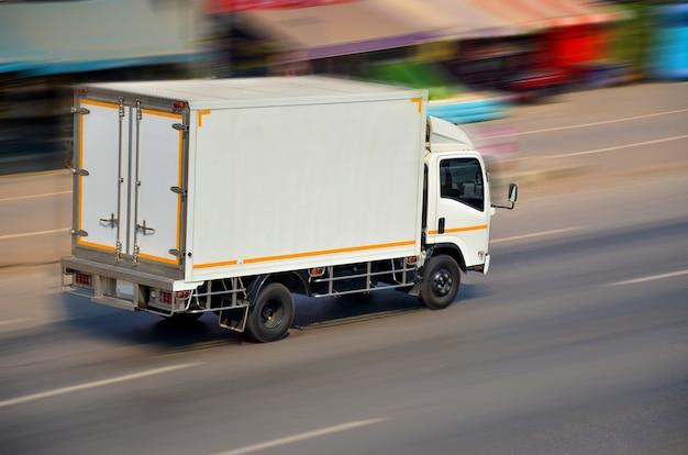 속도로 운전하는 흰색 트럭의 모션 이미지