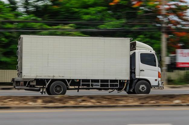 동영상, 도로에서 물류를 위한 작은 흰색 트럭.