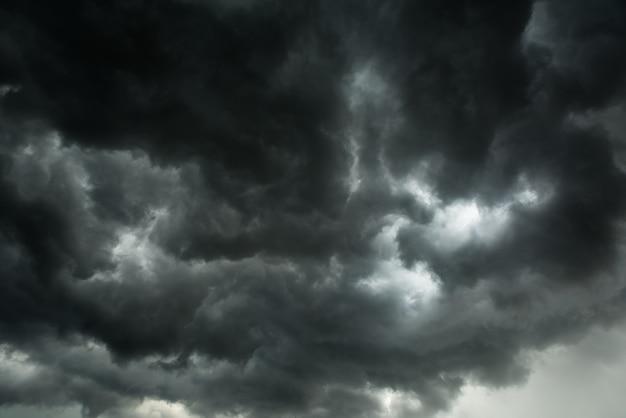 Движение темного неба и черных облаков, драматическое кучево-дождевое облако с дождливым