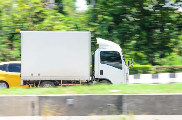 도로에서 물류를 위한 모션 사진 소형 흰색 트럭
