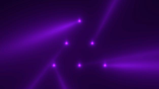 Движение фиолетовых светящихся лучей прожектора на темном фоне в сцене