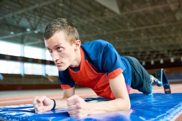 トレーニングでやる気のある障害者スポーツマン