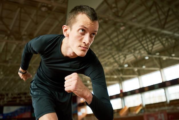 Мотивированный бегун на старте