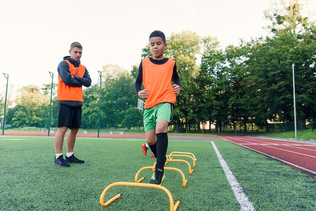 동기 부여가 된 축구 선수는 장애물을 극복하면서 달리기 운동을 수행합니다.