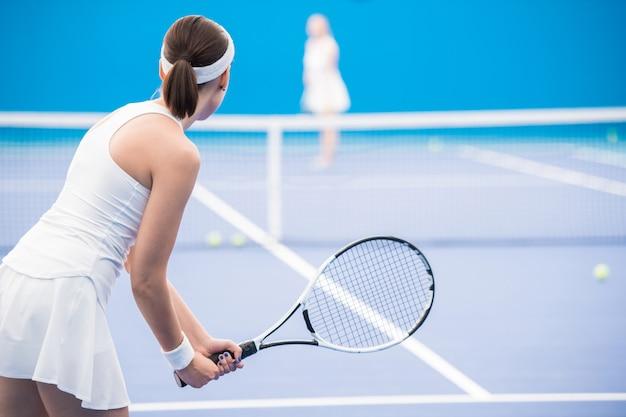Мотивированная женщина играет в теннис