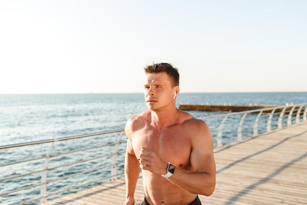 Мотивированный молодой спортсмен без рубашки