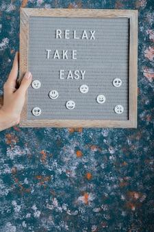 Citazioni motivazionali e di ispirazione con lettere in legno intagliate sulla lavagna.