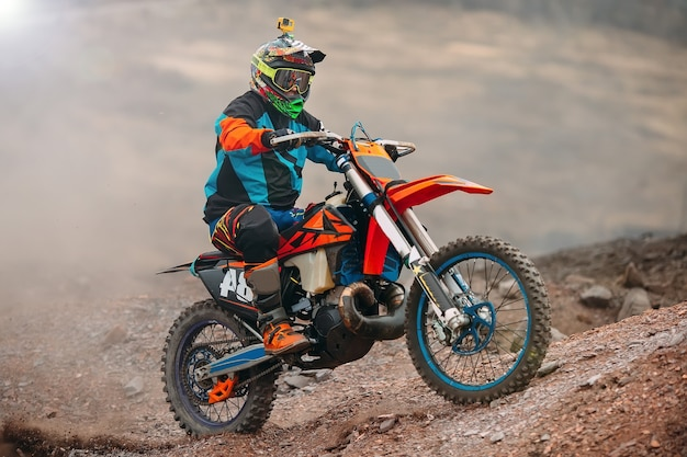 エクストリームマンスポーツ、スポーツアクションコンセプトにおけるモトクロスバイクレースのスピードとパワー