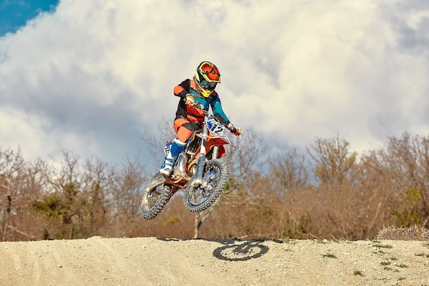 Motocross 개념, 자전거 타는 사람은 극단적 인 스키를 만드는 오프로드를 간다. adrinalin, 스포츠 컨셉을 추구합니다. 위험한 스포츠.