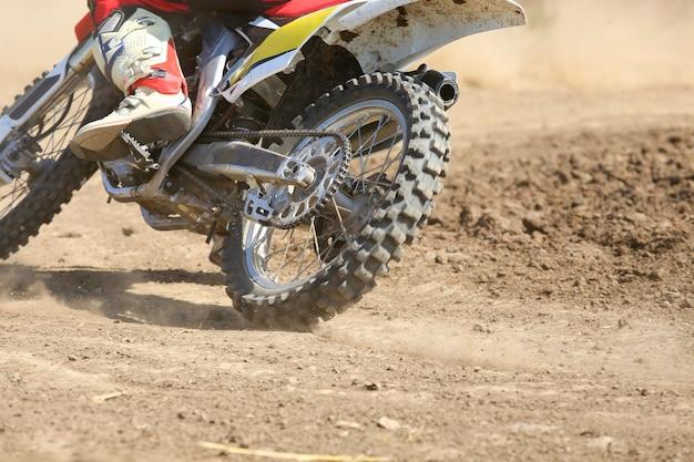 Мотокросс гонщик ускоряется в треке Premium Фотографии