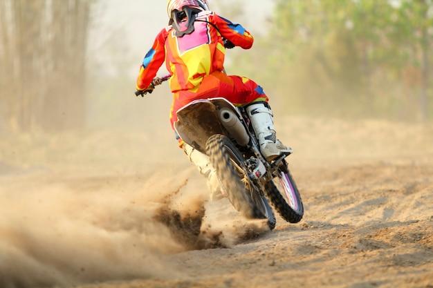 Мотокросс гонщик ускоряется в треке