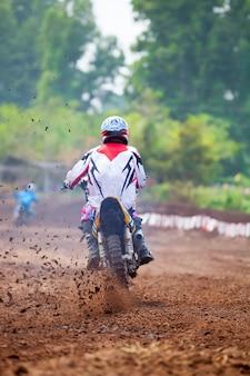 Гонщики мотокросса демонстрируют скорость в гонке.