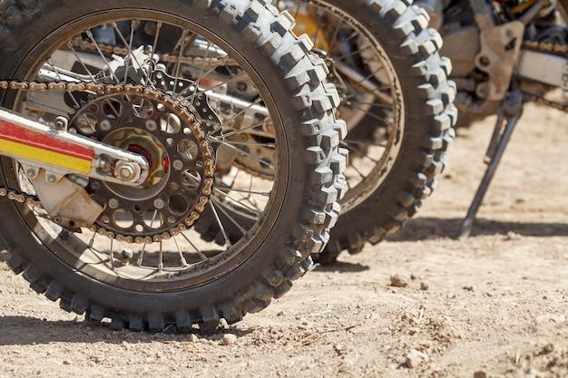 트랙에 모토크로스 타이어