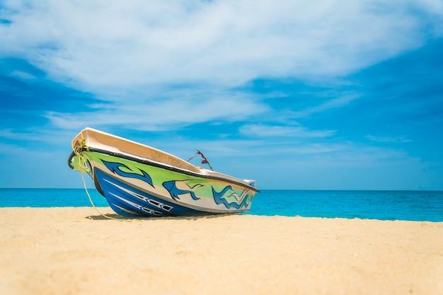 Моторная лодка на пляже калпития
