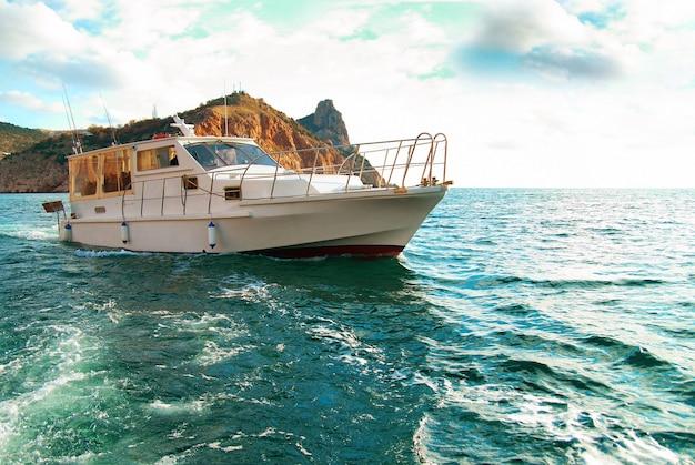 海岸近くの海をクルージングするモーターボート。海景