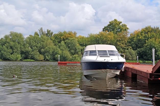 川の岸壁にモーターボート