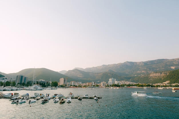 モーターボートは、モンテネグロのブドヴァ市のボート桟橋に停泊しています。