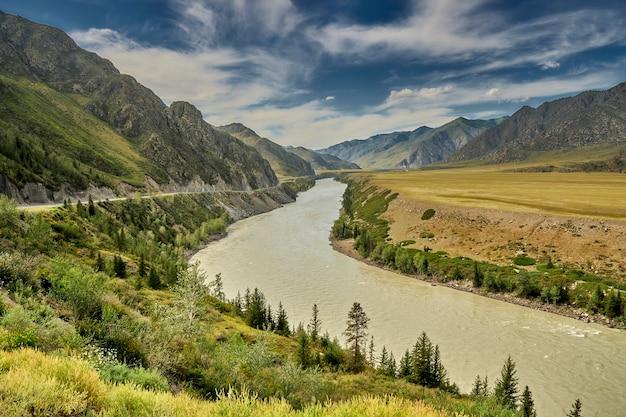 Автодорога в горах вдоль горной реки. алтай