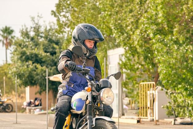 トラックでの運転を練習している女の子が運転するバイク