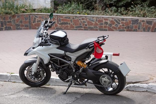 Мотоцикл на обочине дороги