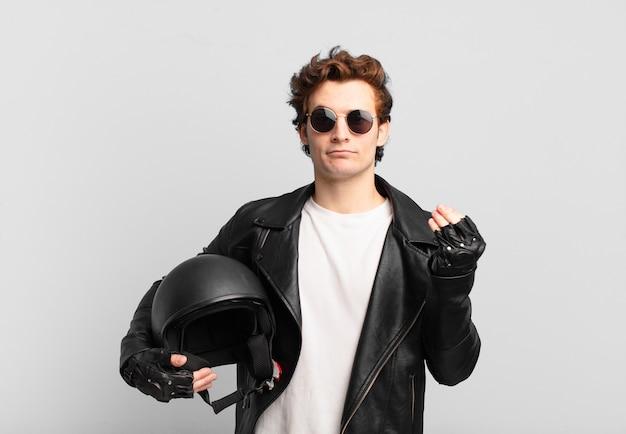 あなたの借金を支払うようにあなたに言って、capiceまたはお金のジェスチャーをしているバイクライダーの少年!