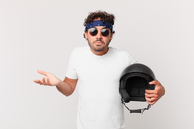 バイクのライダーが困惑して混乱していると感じたり、疑ったり、重みを付けたり、面白い表現でさまざまなオプションを選択したりする
