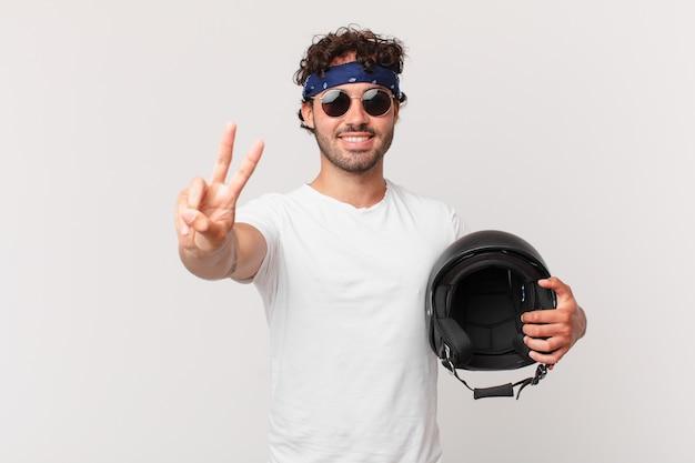 バイクのライダーは笑顔でフレンドリーに見え、前に手を出して2番目か2番目を示し、カウントダウンします