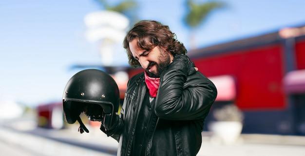 Мотоциклист с шлемом.