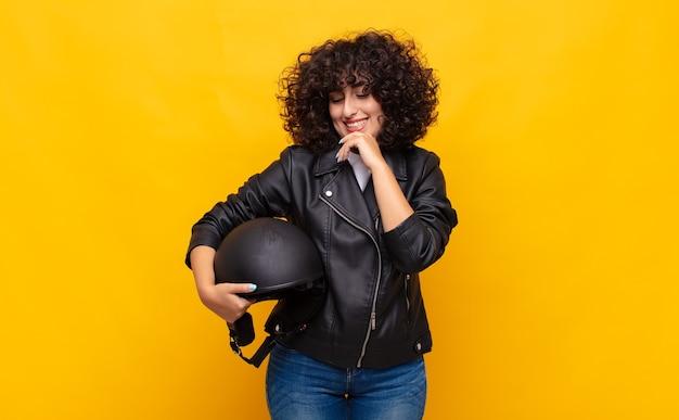 Мотоциклист женщина улыбается со счастливым
