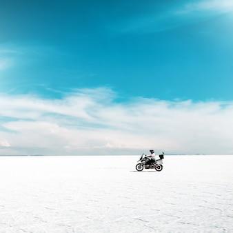 아름다운 salar de uyuni에서 오토바이 타기