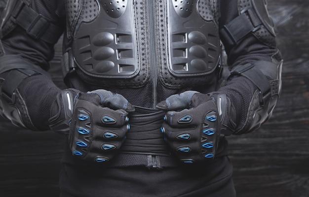 手袋をはめたバイク。モーターサイクリストの服