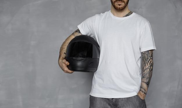 흰색 티셔츠를 입은 motorbiker
