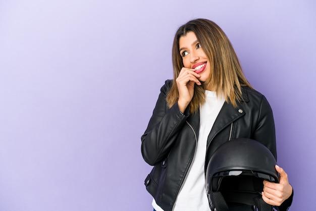 何かを考えているバイクの女性