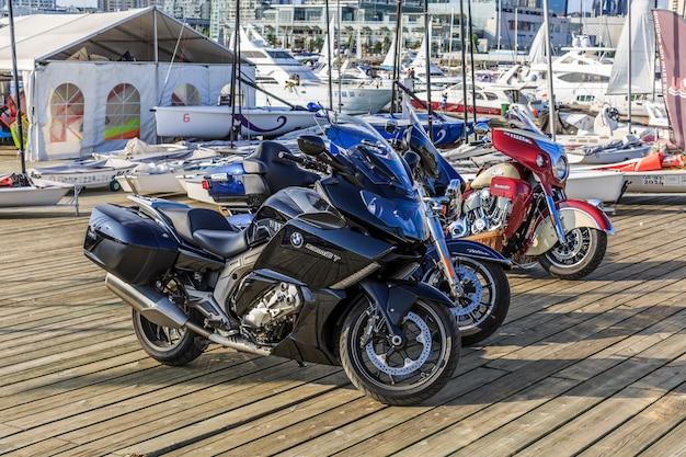 桟橋のバイク