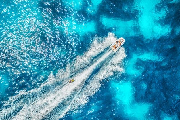 バレアレス諸島の海でモーターボート