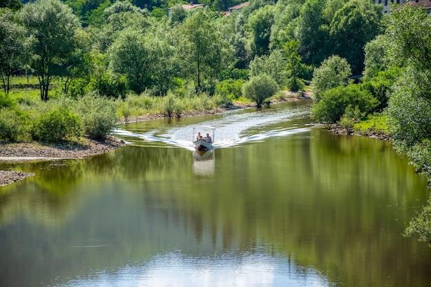 Катер доставляет туристов к живописным местам красивой реки.