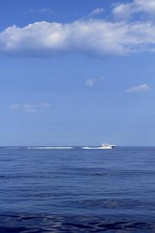 青い海でモーターボートの漁船の巡航速度