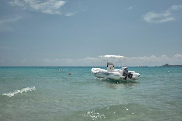 해안에 정박해 있는 모터보트가 푸른 바다의 파도를 따라 움직인다