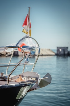 Моторная лодка, яхта, украшенная цветами и воздушными шарами на свадьбу