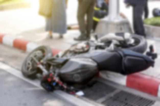 道路上のオートバイの事故。