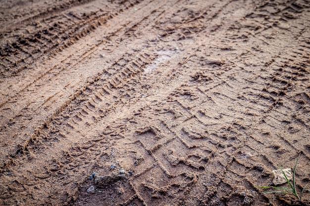 선택적 초점 모래 또는 진흙에 오토바이 및 자동차 타이어 트랙 인쇄