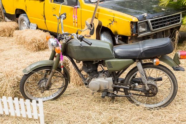 水田でのオートバイとトラックの装飾